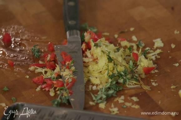 Натертую цедру соединить с листьями тимьяна, измельченным перцем чили и все вместе порубить.