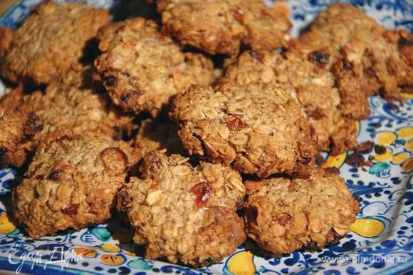 Выпекать печенье в разогретой духовке 20 минут.