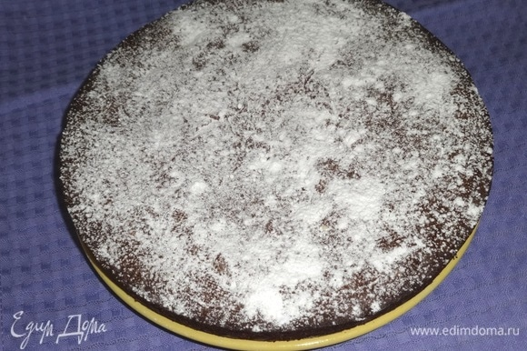 Пирог переложить на блюдо, посыпать сахарной пудрой.
