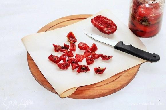 Вяленые помидоры нарезать небольшими кусочками и отправить к луку и перцу. Испанский пикантный перец (я заменила на чили) мелко нарезать, добавить в сковороду с овощами, все перемешать.