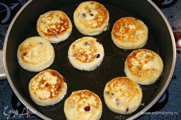 Разогреть в сковороде оливковое масло и обжарить сырники с двух сторон до румяной корочки.