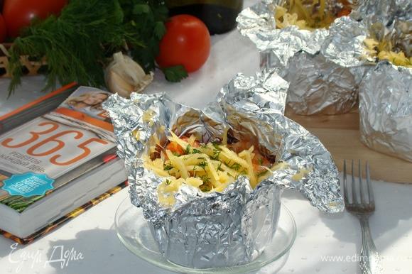 Каждый кармашек посыпать оставшейся половиной сыра. Можно подавать к столу. Приятного аппетита!