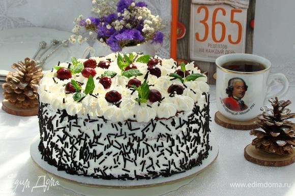 Взбить оставшуюся часть сливок в пышную устойчивую массу и украсить торт по своему вкусу. Вкуснейший шоколадно-вишневый торт готов!
