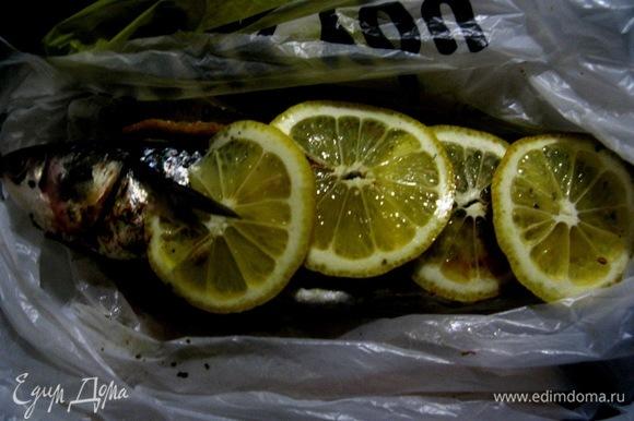 Натираем рыбку и маринуем лимонами и лаймом, маринуем в соке, укутываем и отправляем в холодильник на сутки.