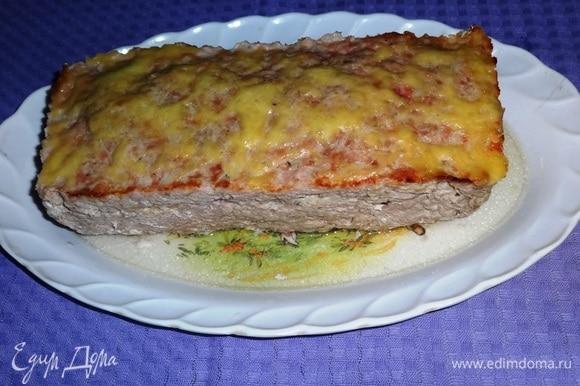 Готовый мясной хлеб достать из духовки и переложить на блюдо.