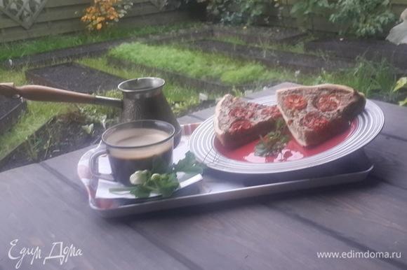 Достать форму с тестом из холодильника и выложить в нее начинку. Сверху разложить помидорные кружки, слегка сбрызнуть оливковым маслом. Установить форму на горячий противень и выпекать пирог около 40–50 минут (+/-), пока начинка не зарумянится по краям и не будет пружинить при нажатии пальцем. За 2 минуты до окончания выпечки посыпать пирог свежими листочками орегано. Позволю себе пару полезных советов: рекомендую к этому пирогу горячий крепкий сладкий чай, заваренный на свежей зелени орегано; подавать пирог дачный можно как теплым, так и холодным (вкусы совершенно разные).