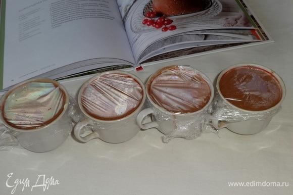Чашки затянуть пленкой и поставить в холодильник на 3 часа или на ночь.