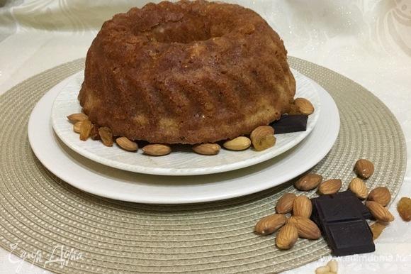Достав из духовки, не спешите вынимать кекс из формы, дайте ему остыть — так он охотнее отойдет от стенок.