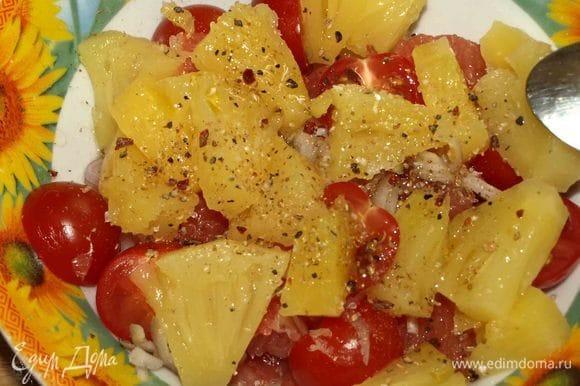 Добавить консервированные ананасы без сиропа (3 ст. л.). Добавляем оливковое масло, соль, перец. Все аккуратно перемешиваем.