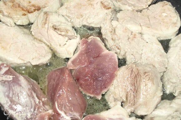 В сковороде разогреть сливочное и растительное масло, обжарить мясо.