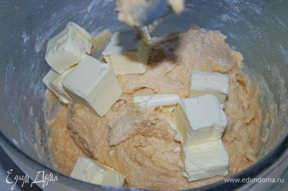 Введите в тесто порциями сливочное масло 82,5% до полного вмешивания в тесто.