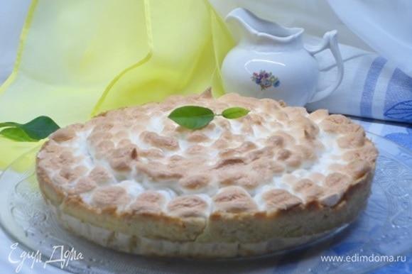Белок взбейте, постепенно добавляя сахар, в плотную пену и покройте пирог. Верните его опять в духовку на 7–10 минут.