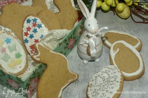 Можно печенье просто посыпать сахарной пудрой. Можно приготовить или купить готовую глазурь и украсить на свое усмотрение.