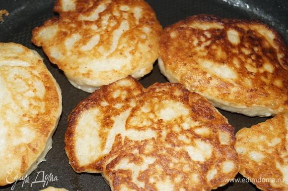 Масло наливайте столько, чтобы оно прикрывало дно сковороды, дабы оладьи хорошо прожарились.