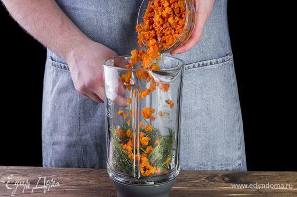 В чашу блендера поместите отварные вегенсы, вяленые томаты, зелень, чеснок, добавьте розмарин, соль и перец. Измельчите все до пюреобразного состояния.