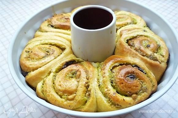 Выпекаем булочки в заранее разогретой духовке при температуре 160°C в течение 40–45 минут. Готовые булочки остужаем на решетке.