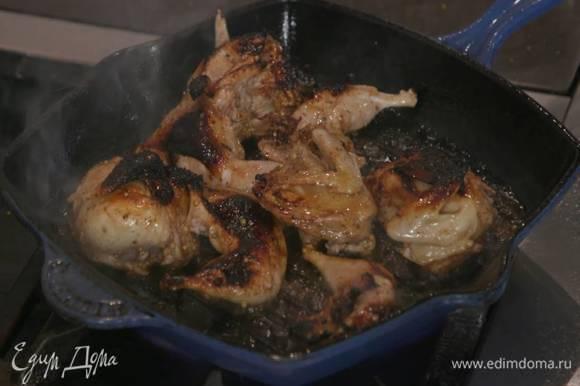 Разогреть в сковороде-гриль оливковое и сливочное масло и обжарить замаринованных перепелок.