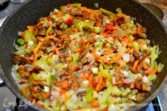 Добавляем нарезанные соломкой овощи. Посолить, приправить специями.