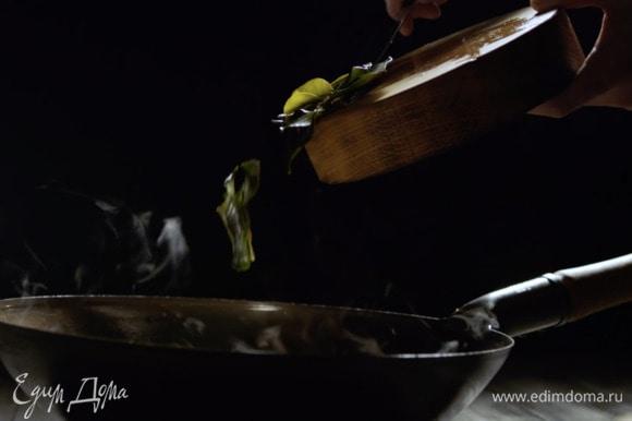 Слегка давим в ступке листья каффир-лайма с перцем чили и отправляем томиться в общий котел.