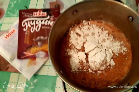 Первым делом в кастрюлю высыпаем смесь для пудинга и сахарную пудру ТМ «Haas», добавляем молоко и тщательно перемешиваем. Далее ставим на плиту и следуем рецепту с упаковки пудинга.