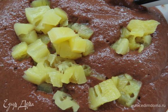 Добавить какао, разрыхлитель и соду, взбить до однородности. Ананас порезать на кусочки. Можно также взять консервированные ананасы в собственном соку (сейчас в продаже есть варианты консервации без содержания сахара). Добавить кусочки ананаса в шоколадное тесто, перемешать лопаткой.