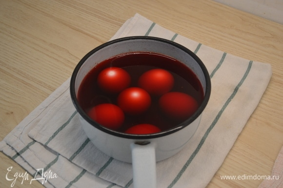 Свеклу почистить, нарезать на небольшие кусочки и отварить. В отвар добавить уксус и погрузить в него яйца на ночь.
