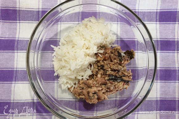 Сайру разминаем вместе с маслом вилочкой, добавляем рис.