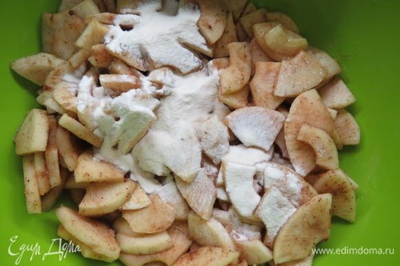Яблоки очистить от перегородок и кожуры и нарезать кубиками, сбрызнуть лимонным соком и перемешать, чтобы яблоки не потемнели. Я нарезала пластинками с помощью яблокорезки, так быстрее, но кусочками было бы красивее, наверное. Поместить яблоки в сотейник, добавить воду, мед нейтрального вкуса (опционально) или заменитель сахара (я пользуюсь эритритолом), ваниль и корицу, протушить яблоки до полумягкости, ~ 6–8 минут. Если яблоки сладкие, подсластители можно не добавлять вообще. Готовые яблоки остудить до комнатной температуры, добавить в яблочную смесь агар-агар, перемешать.