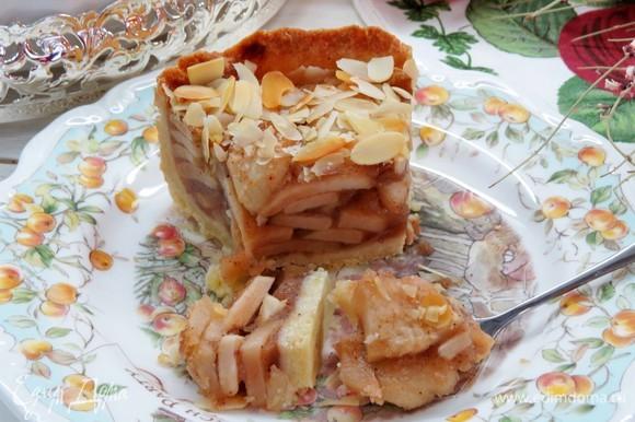Готовый пирог полностью остудить в форме, а потом охладить в холодильнике. Очень вкусно подать такой пирог с домашними взбитыми сливками.