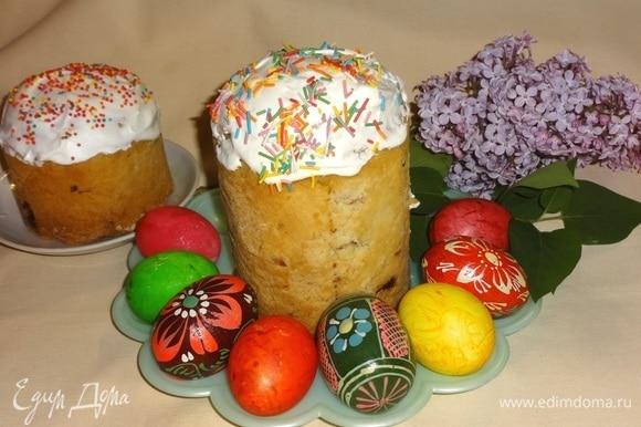 Куличи выложить на блюдо, украсить крашеными яйцами, цветами. У нас уже зацвела сирень. Всем приятного аппетита! Христос Воскресе!