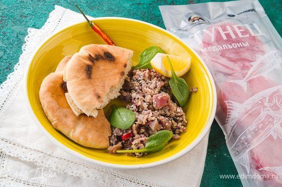 Подавайте тартар на тарелке с хлебом и зеленью. Приятного аппетита!