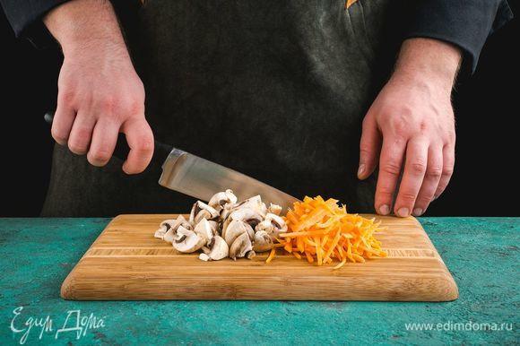 Шампиньоны разрежьте на 4 части. Морковь нарежьте соломкой.