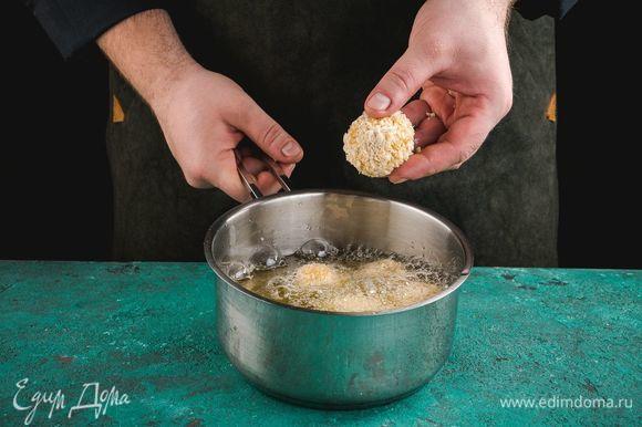 Обжаривайте шарики в большом количестве растительного масла с двух сторон до золотистой корочки.