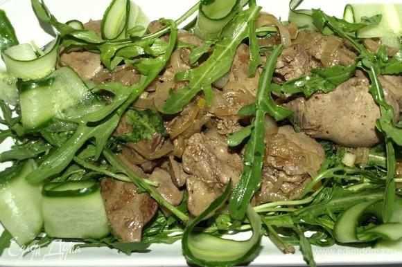Огурцы нарезаем тонкими полосками (что необязательно). Добавляем в салат. Можно подавать.