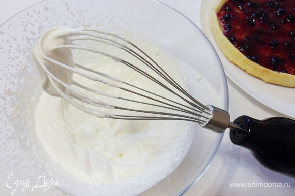 Для сливочного крема взбить сливки до значительного загустения.