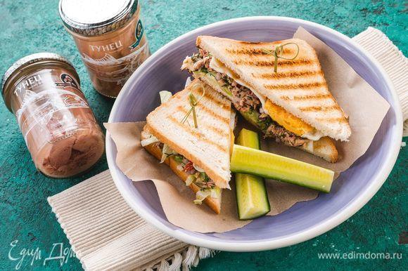 Накройте сэндвич вторым кусочком хлеба и подавайте к столу. Приятного аппетита!