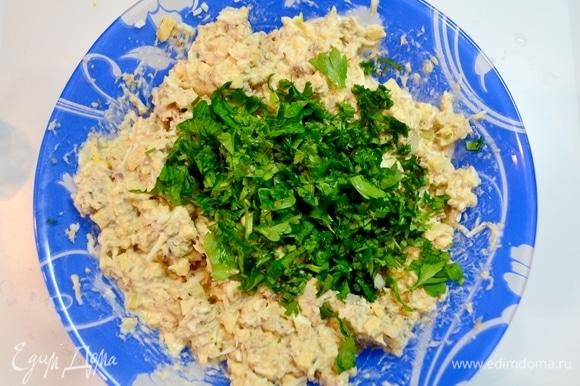 Добавить зелень и перемешать. Очень нежная и воздушная закуска или салатик получается из сардины.