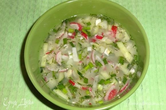Яично-овощную смесь разложить по тарелкам, немного посолить и поперчить. Залить охлажденной сывороткой, в которую добавлен лимонный сок, перемешать.