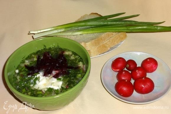 В каждую тарелку положить сметану и вареную свеклу, посыпать зеленым луком и укропом. Угощайтесь! Приятного аппетита!