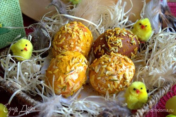 Яйца быстро сохнут. Переносим в корзинку или тарелку для подачи.