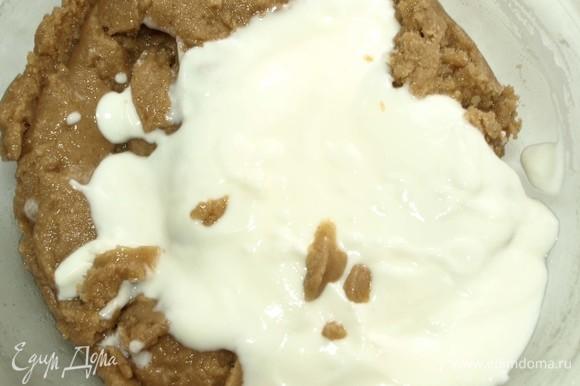 Добавляем йогурт и перемешиваем. Йогурт можно добавить вместе с сиропом и маслом.