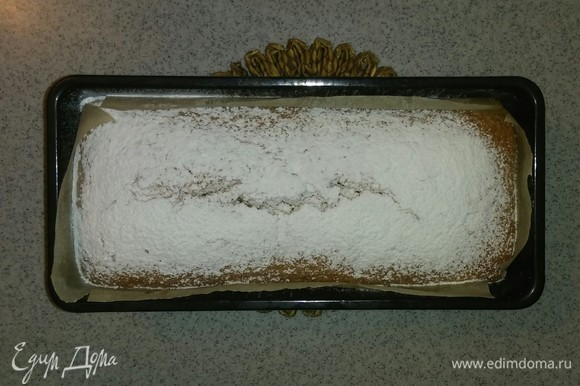 За 10 минут до окончания приготовления достаем форму с кексом из духовки и посыпаем его сахарной пудрой. Ставим обратно в духовку выпекаться до конца. Когда кекс испекся, достаем его из духовки и минут 5 остужаем при комнатной температуре прямо в форме.