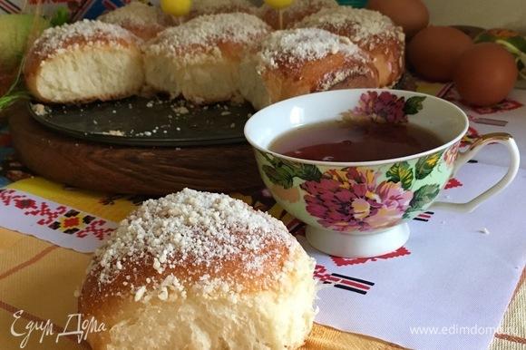 Наливаем чай и угощаемся горячими булочками с джемом.