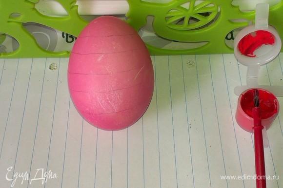 Чтобы написать текст, поверхность яйца лучше прочертить, поскольку она сферическая, и слова могут ложиться неровно.