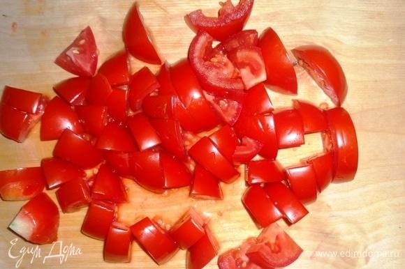 Для салата я брала некрупные помидоры. Помидоры нарезать средними кусочками, а один — фигурно (для украшения).