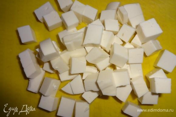 Брынзу нарезать кубиками. Соединить нарезанные продукты, добавить зеленый горошек.