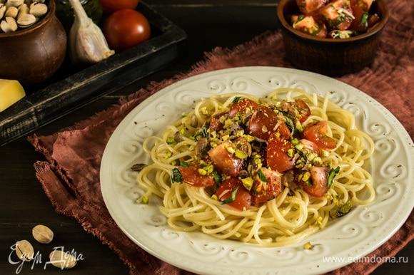 Готовые спагетти разложить по тарелкам, выложить соус. Посыпать фисташками. Приятного аппетита!