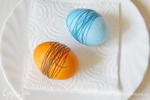 Все манипуляции будем производить именно с таким раствором красок, поэтому писать каждый раз не буду. В кипяченой воде разведите пищевой краситель любого цвета, добавьте уксус и перемешайте. Опустите яйца и держите от 10 до 30 минут. Все зависит от вашего желания насыщенности цвета. Выложите на бумажное полотенце и дайте высохнуть.