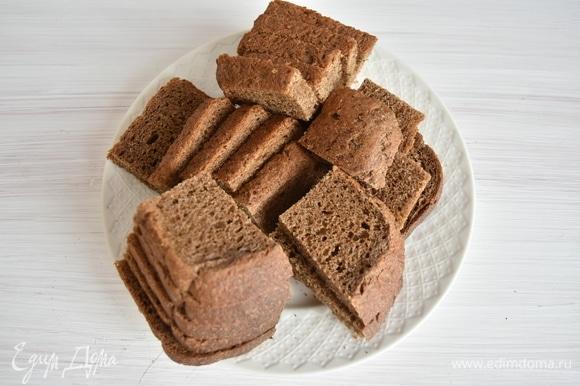 Для приготовления кваса потребуется ржаной хлеб, который нужно нарезать произвольными кусочками.