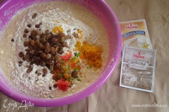 Затем добавляем оставшуюся муку, апельсиновую цедру, изюм и цукаты. Перемешиваем.
